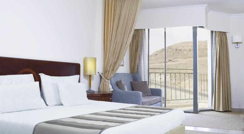 מיטה זוגית מלון אואזיס
