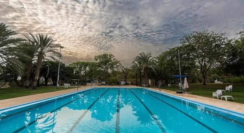 בריכת שחייה בית הארחה קליה