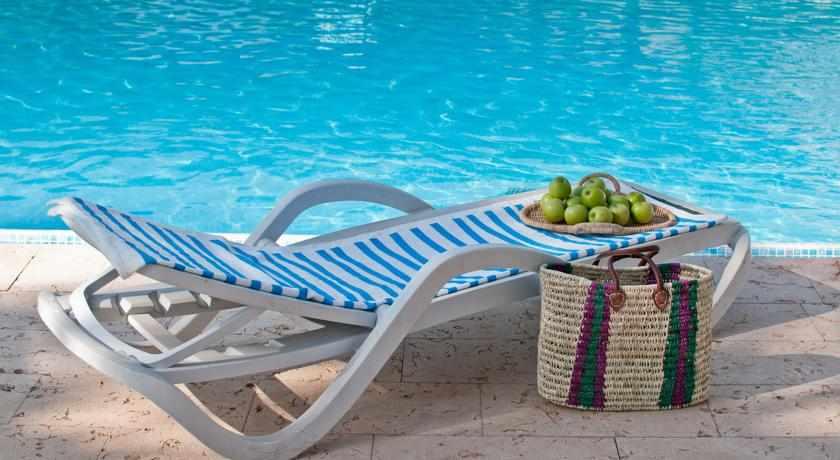 כסא שיזוף מלון לאונרדו אין