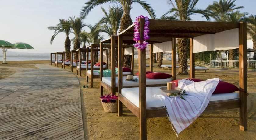 מיטות חוף ים מלון לאונרדו קלאב