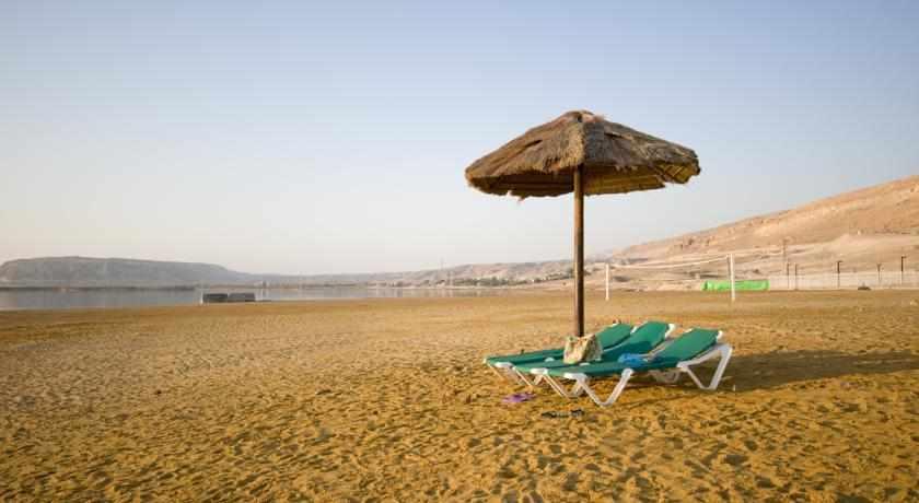כסאות שיזוף מלון לאונרדו קלאב