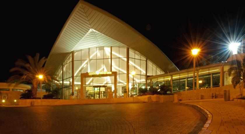 מלון אואזיס בלילה