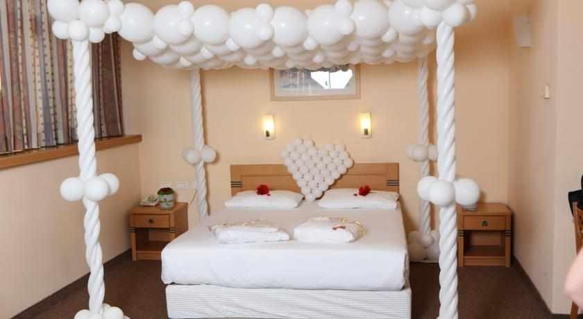 מיטה זוגית מלון ענבר ערד
