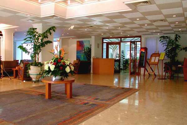 כניסה למלון לוט